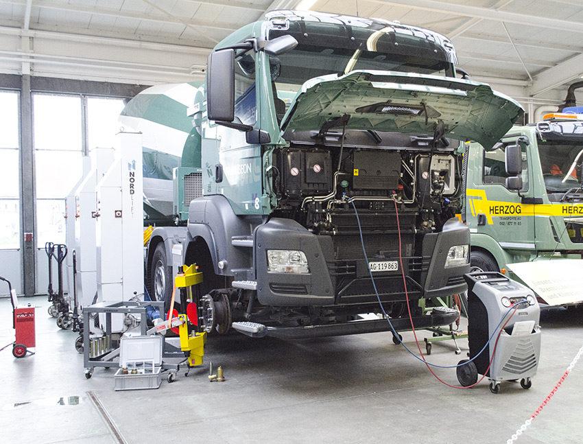 Einsatz von Achsschenkelpresse, Bremsscheibenschleifgerät und Klimaservicegerät.